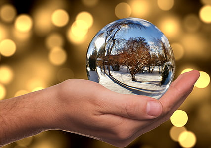 glass-ball-winter-snow-mirroring-thumb